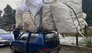 Kierowca w Czechowicach-dziedzicach miał na dachu ładunek dwukrotnie większy niż samochód.