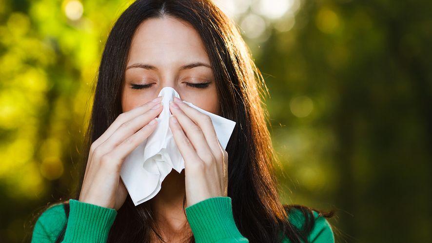 Kobieta czyszcząca nos z depositphotos