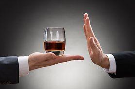 Odtruwanie alkoholowe – na czym polega, wskazania, odtruwanie na telefon