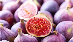 Świeże figi mają delikatną skórkę i słodki miąższ.