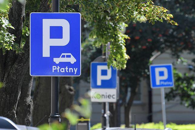 Warszawa. Parkowanie na śródmiejskich podwórkach