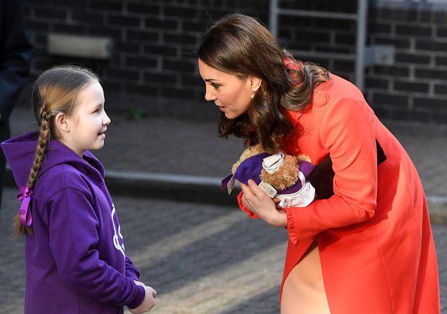 Księżna stawia na kolorowe płaszcze