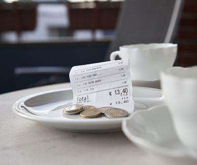 Napiwek obowiązkowo wliczany do rachunku – tak czy nie?