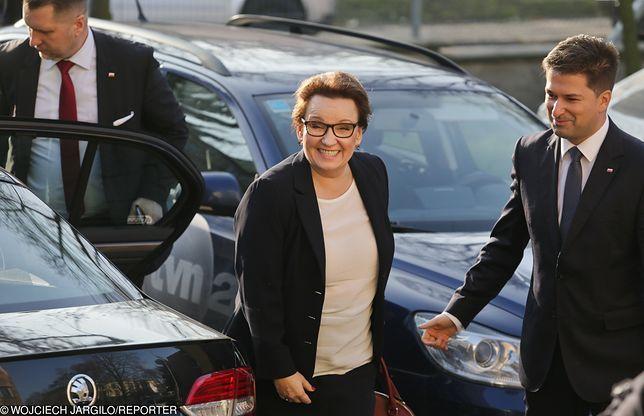 Anna Zalewska korzysta z limuzyn MEN oraz z kilometrówki. W zależności od tego, jakie obowiązki wykonuje