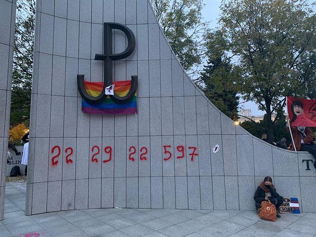 Strajk kobiet.  Pomnik Armii Krajowej i Polskiego Państwa Podziemnego został pomalowany sprayem