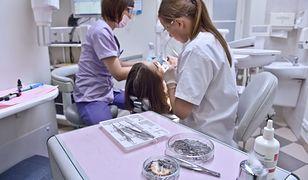 Szkoły mają zapewnić uczniom opiekę pielęgniarki i stomatologa.