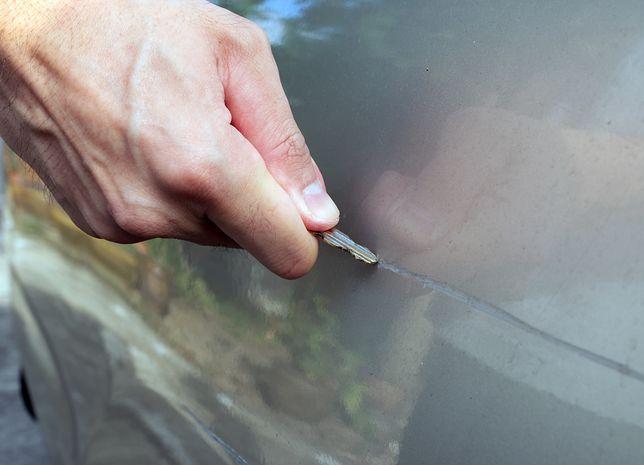 Rysy na lakierze samochodu - dlaczego powstają i jak je usunąć?