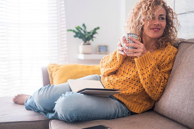 Ażurowy sweter świetnie pasuje do jeansów i tworzy z nimi stylowy, jesienny duet