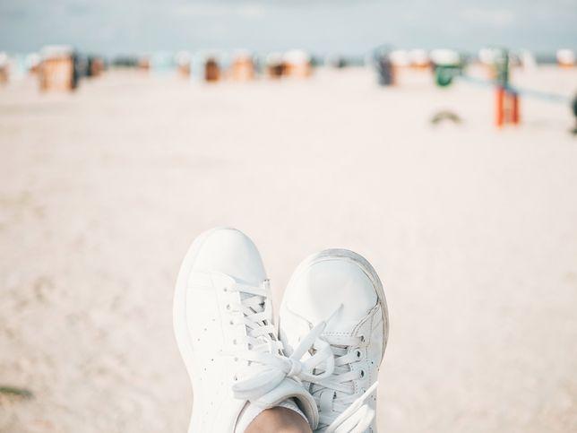 Białe buty sportowe pasują do wielu stylizacji