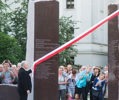 Jarosław Kaczyński podczas poświęcenia pomnika ofiar katastrofy smoleńskiej w Łodzi
