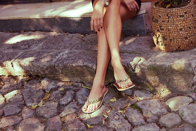 Wiele osób nosi japonki chętniej od sandałów - między innymi dlatego, że nie przesuwa się w nich stopa