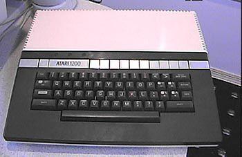 Atari 1200. Slot na kartridże umieszczono na lewej krawędzi komputera. Komputer posiadał także klawisze funkcyjne START, SELECT, OPTION, HOME oraz klawisze funkcyjne F.