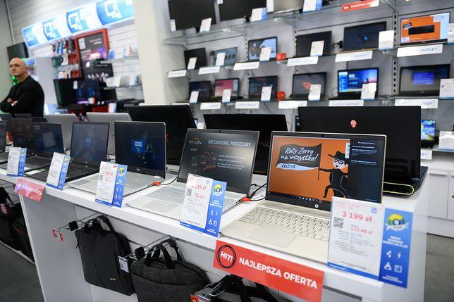 Zamiast w sklepach stacjonarnych kupujemy przez internet. Elektronika cieszy się dużym zainteresowaniem