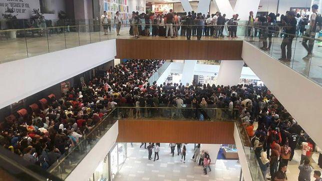 Wyprzedaże związane z zakazem niszczenia towarów będą przyciągać do sklepu niezliczone tłumy.