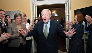 Boris Johnson cieszy się ze zwycięstwa w wyborach