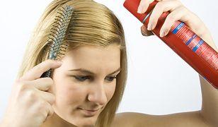 Lakier do włosów skutecznie utrwala fryzurę przez cały dzień.