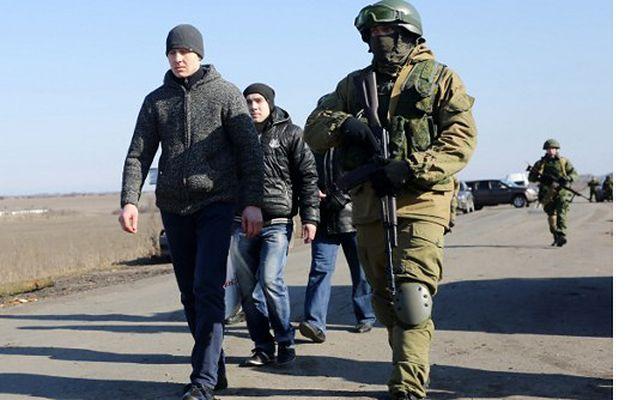 Separatyści z ukraińskim jeńcem w miejscowości Marinka w Doniecku, luty 2016 r.