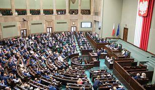 Sondaż: Zdecydowana przewaga PiS nad PO-KO. Cztery ugrupowania w Sejmie