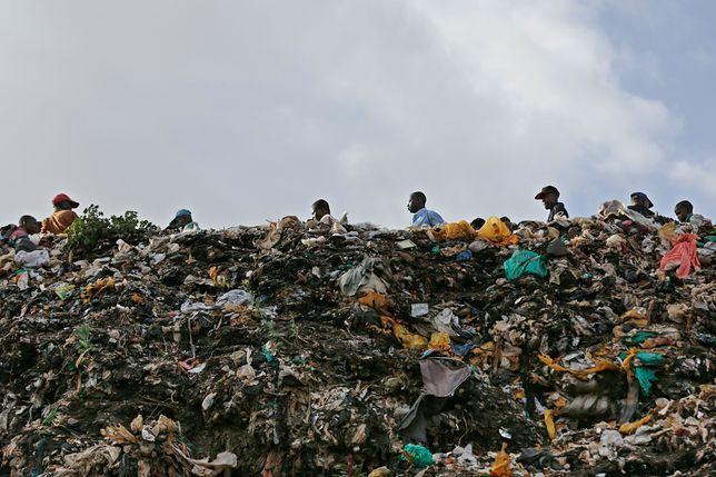 Góra śmieci w Nairobi, w Kenii