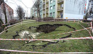 Ziemia zapadła się na osiedlu. Gigantyczna dziura tuż przy blokach