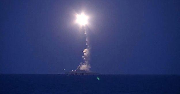 Zdjęcie udostępnione przez rosyjską armię przedstawia pocisk wystrzeliwany z okrętu Floty Kaspijskiej