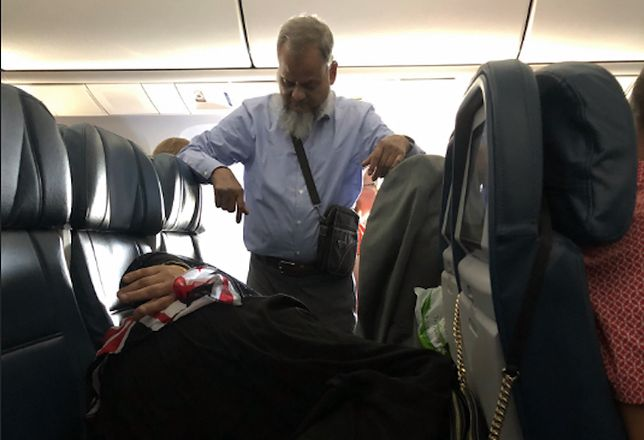 Stał w samolocie przez 6 godzin. Tylko dlatego, by żona mogła spokojnie spać