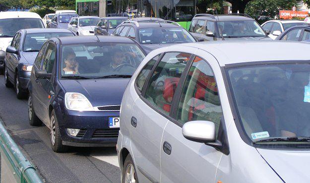Poznańscy kierowcy tracą w korkach blisko 7 godzin miesięcznie.