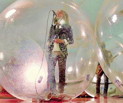 Wayne Coyne, wokalista The Flaming Lips, w kuli do zorbingu