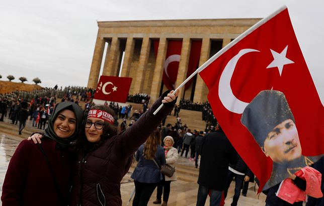 Ludzie świętujący Dzień Republiki w Ankarze