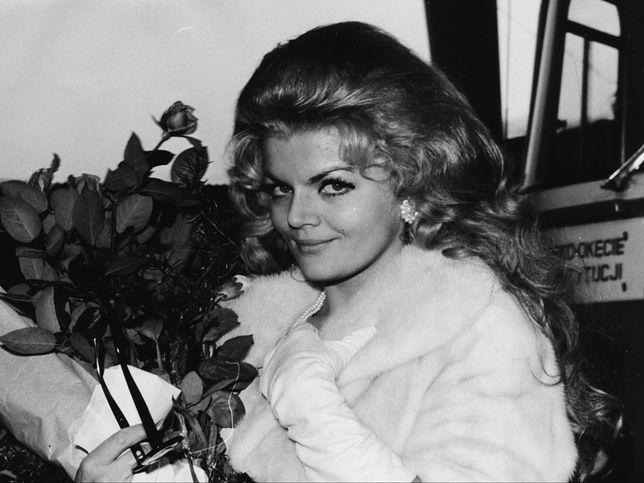 Violetta Villas na lotnisku Okęcie po powrocie z Hollywood w 1970 r.