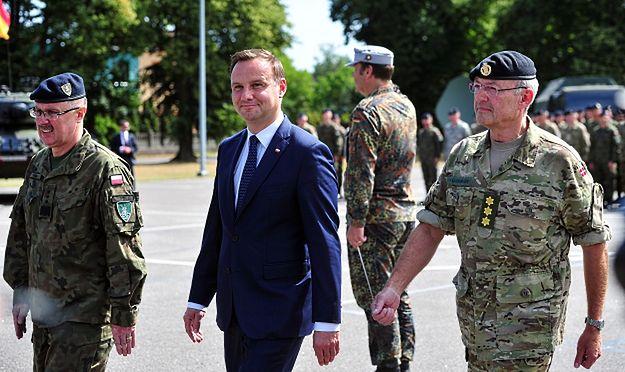 Dotychczasowy dowódca Wielonarodowego Korpusu Północno-Wschodniego gen. Bogusław Samol, Andrzej Duda i duński generał Per Ludvigsen