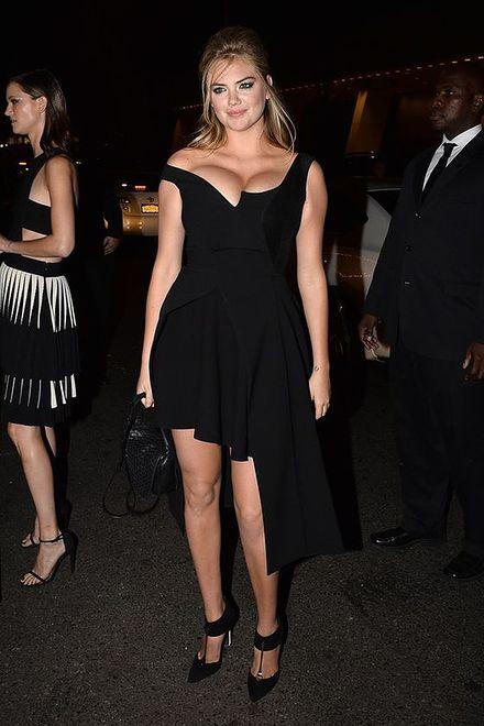 Kate Upton - przesadziła z dekoltem i rozmiarem sukienki
