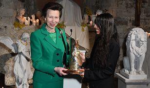 Księżniczka Anna wręcza nagrodę projektantce biżuterii, Rosh Mahtani.