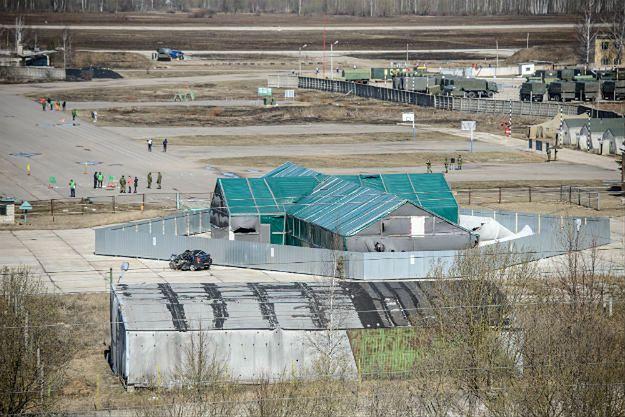 Hangar, w którym znajduje się wrak Tu-154 na terenie lotniska wojskowego w Smoleńsku