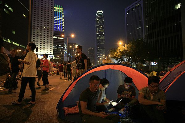 Protestujący na jednej z ulic Hongkongu