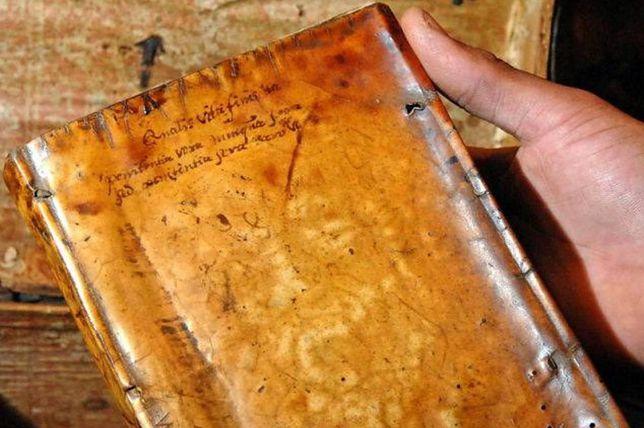 Historie o wykorzystywaniu ludzkiej skóry do wytwarzania książek sięgają XIII w.