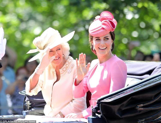 Minuta ciszy wymaga odpowiedniego stroju. Rodzina królewska popełniła faux pas!