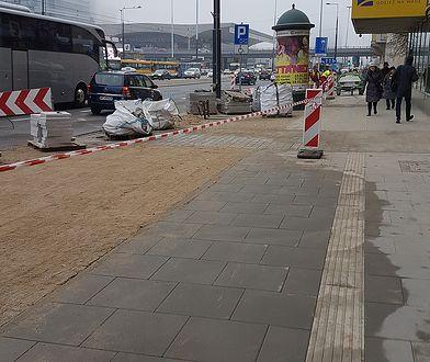 Chodnik antysmogowy powstający w centrum Warszawy. Podobny powstaje też na Żoliborzu.