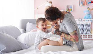 Mała sypialnia z łóżeczkiem dziecięcym powinna zapewniać bezpieczeństwo maluchowi i nie ograniczać w znacznym stopniu intymności rodzicom