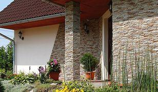 Nowoczesna elewacja domu: płytki betonowe, cementowo-włóknowe, siding