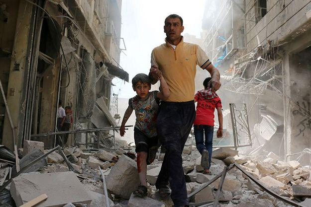 Mieszkańcy Aleppo w zniszczonej po ostrzale dzielnicy.