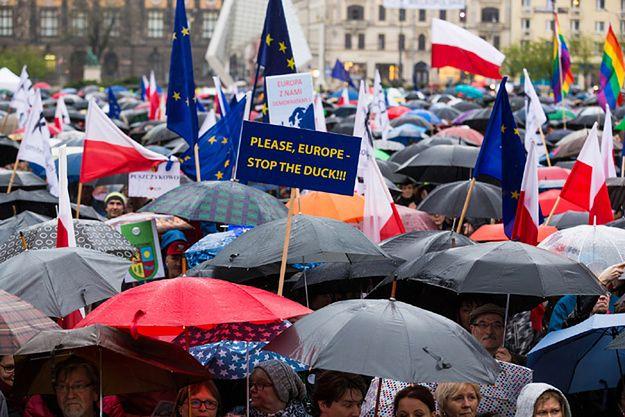 Demonstracja KOD na poznańskim placu Wolności
