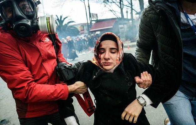 """Jedna z ofiar policji w czasie demonstracji pod redakcją """"Zaman"""" w Ankarze"""