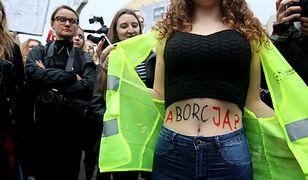 Czarny Protest. Tłumy przed siedzibą PiS przy ul. Nowogrodzkiej