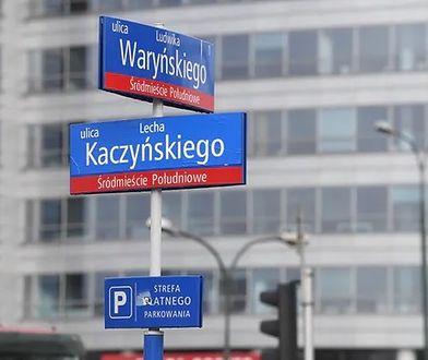 """Warszawa. """"Wróciła"""" ulica Lecha Kaczyńskiego. Ktoś zakleił tablice alei Armii Ludowej"""