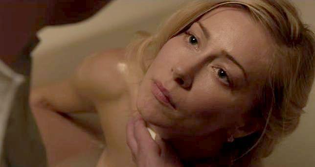 """Katarzyna Warnke nie boi się pokazywać ciała. Zobacz odważne zdjęcia z udziałem aktorki w """"Ach śpij kochanie"""""""