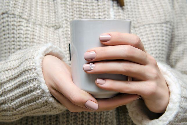 Niemal niewidoczny manicure to elegancki wybór na każdą okazję