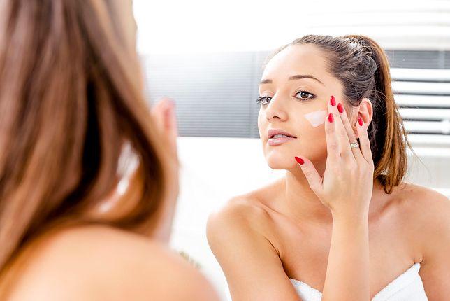 Sucha skóra pod oczami to problem, z którym można sobie poradzić