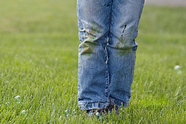 Plamy z trawy niełatwo jest usunąć