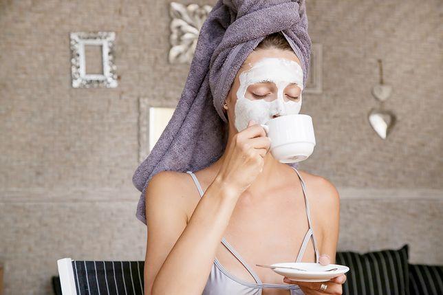 Peeling migdałowy polecany jest do skóry suchej, naczynkowej i trądzikowej.